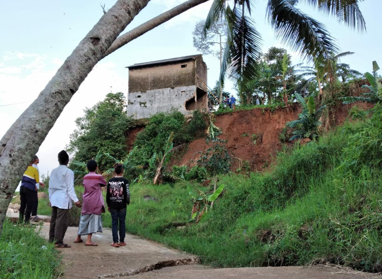 Terus Alami Pergerakan Tanah, Warga Desa Batulawang Minta Direlokasi