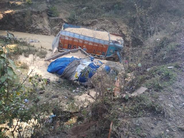 काँगड़ा में भयंकर हादसा: तूड़ी से लदा ट्रक खाई में गिरा, दो की मौत तीन घायल