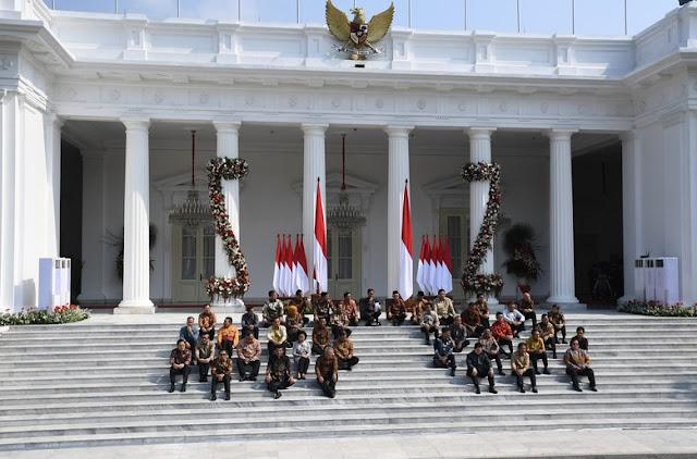 Jokwoi Kenalkan Kabinet Indonesia Maju Sambil Duduk Lesehan di Istana