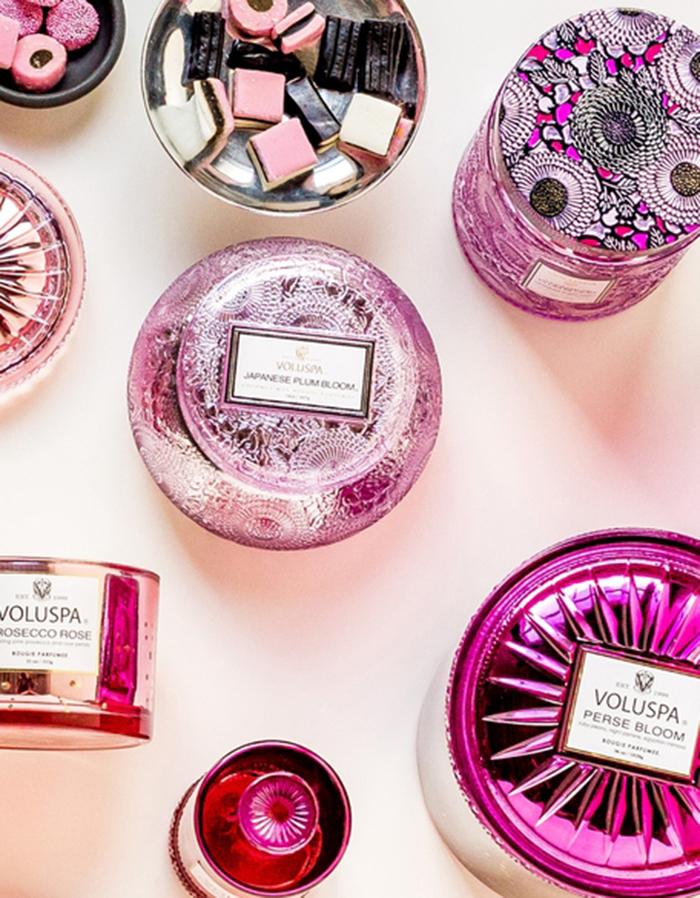 Velas Voluspa em frascos decorativos de vidro cor de rosa