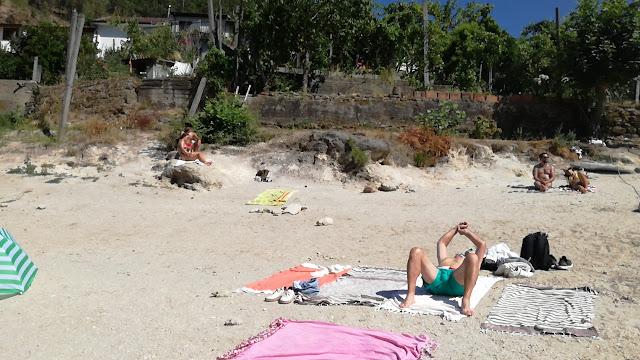 Toalhas no areal da praia da Ilha do Gerês
