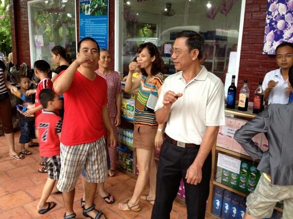 Du khách được thưởng thức rượu sim trước khi quyết định mua