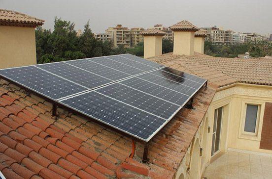 هشام.. أول مواطن يبيع كهربا من الشمس للحكومة