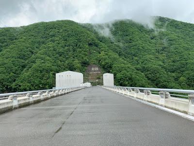 湯西川ダムの天端
