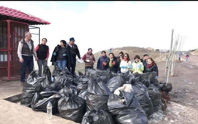 Guías limpian de basura zonas turísticas