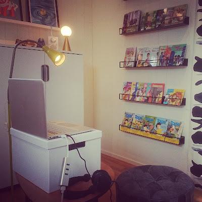 Dator, lampor och böcker.