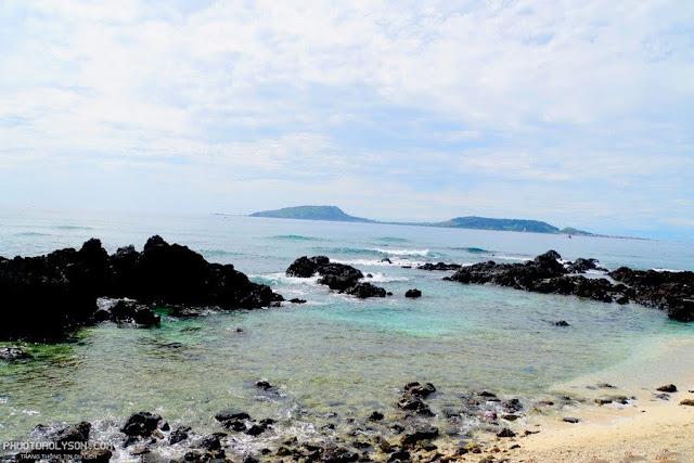 Từ đảo Bé (đảo An Bình) nhìn qua đảo Lớn (Cù Lao Ré).