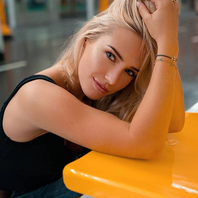 Eva Mikulski 21