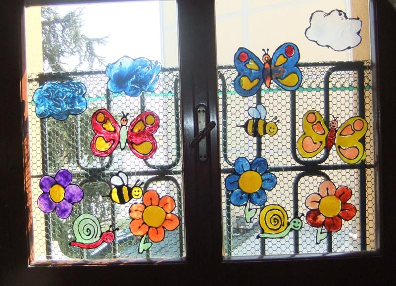 Studiamando liberamente vetrofanie primaverili con colla e colori - Decorazioni primaverili per finestre ...