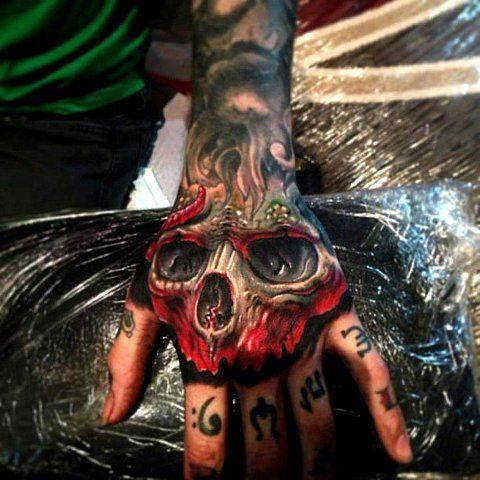 tatuaje en las manos para hombre