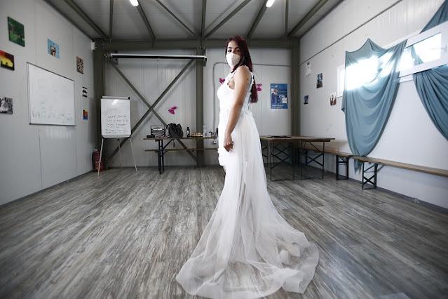 Γυναίκες πρόσφυγες δημιουργούν μόδα και «παντρεύουν» τη Δύση με την Ανατολή