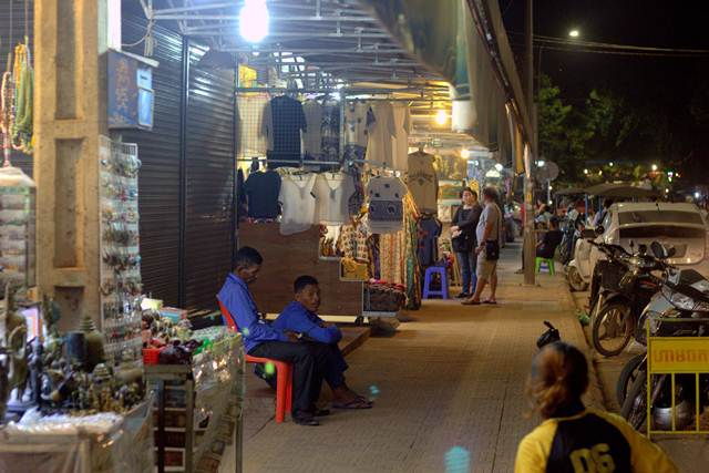 Pedagang Di Siem Reap, Kamboja Menerima Uang Dollar