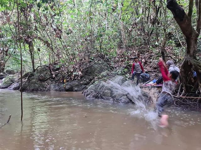 Kanak-kanak suka dapat Bercuti di tepi sungai