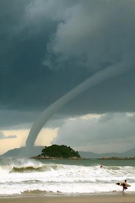 tornado di laut mengangkat sejumlah ikan ke langit