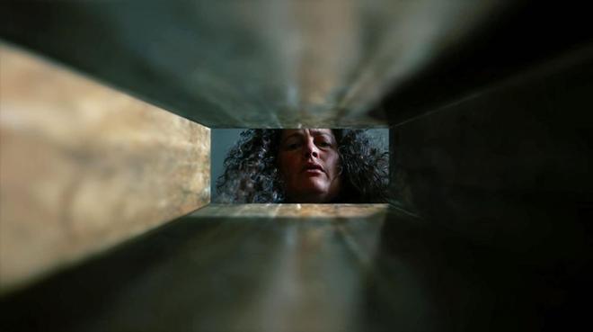 mujer mirando dentro de una caja