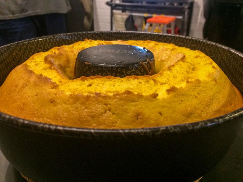 Maridão Thiago Inter faz bolo de cenoura.