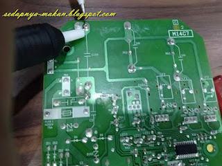 cabut capacitor lama dari papan litar