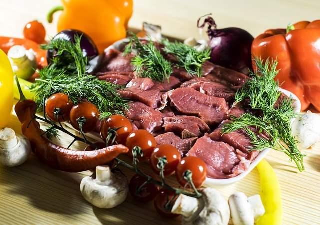 Mengolah daging kambing