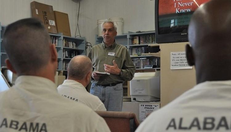 Ex presidiario predicando a presos