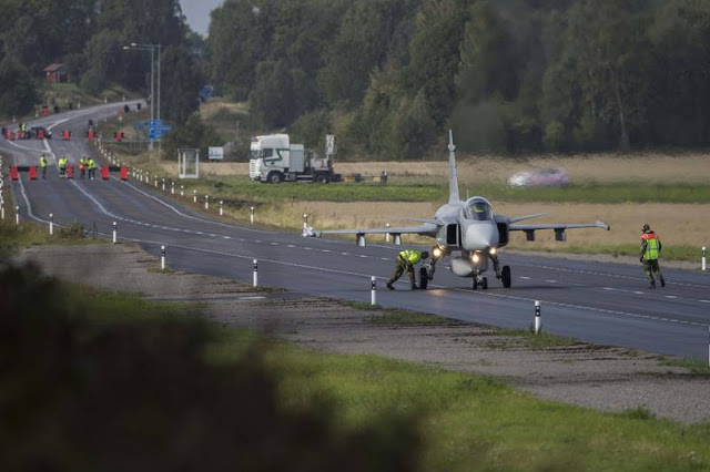 Swedish Gripen pilots train highway