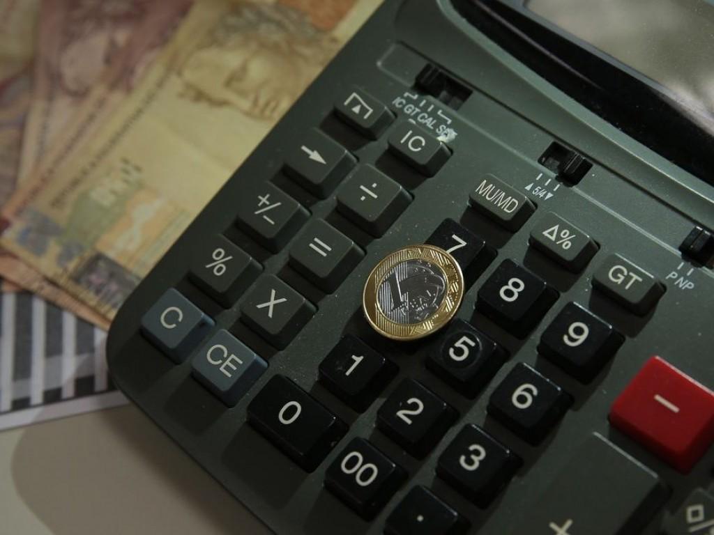 Um em cada 2 brasileiros usa mais da metade da renda para as dívidas