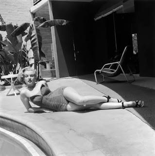 Монро отдыхает во внутреннем дворе у бассейна