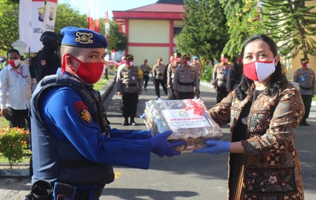 Perangi Covid-19, Ketua Bhayangkari Daerah Kalteng Bagikan 1000 Masker, Suplemen dan 50.000 Butir Telur