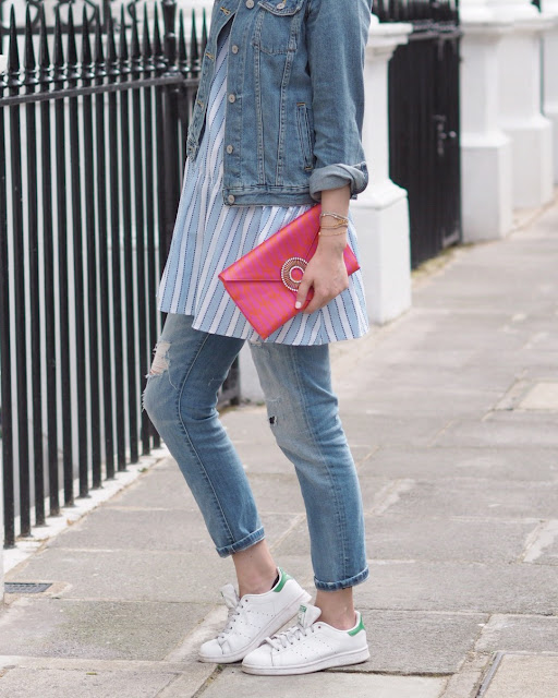 stan smith, white trainers, boyfriend jeans and stan smith, how to wear stan smith trainers, pink clutch, poplin top