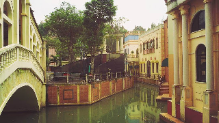 Dikenal sebagai Little Venice Puncak, tempat wisata ini masih termasuk dalam distrik wilayah Puncak Bogor. Seperti namanya tujuan ini menawarkan nuansa mewah dan tempat ini begitu mirip dengan kota di luar negeri yaitu Venice di Italia