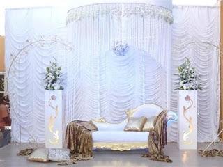 كوشة زفاف بيضاء بين باقات الزهور