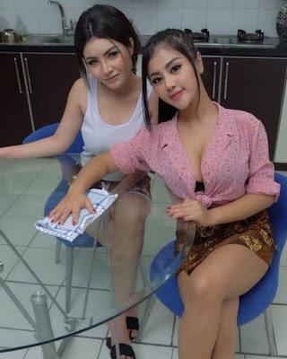 Model Pembantu seksi pakai Sarung batik paha mulus