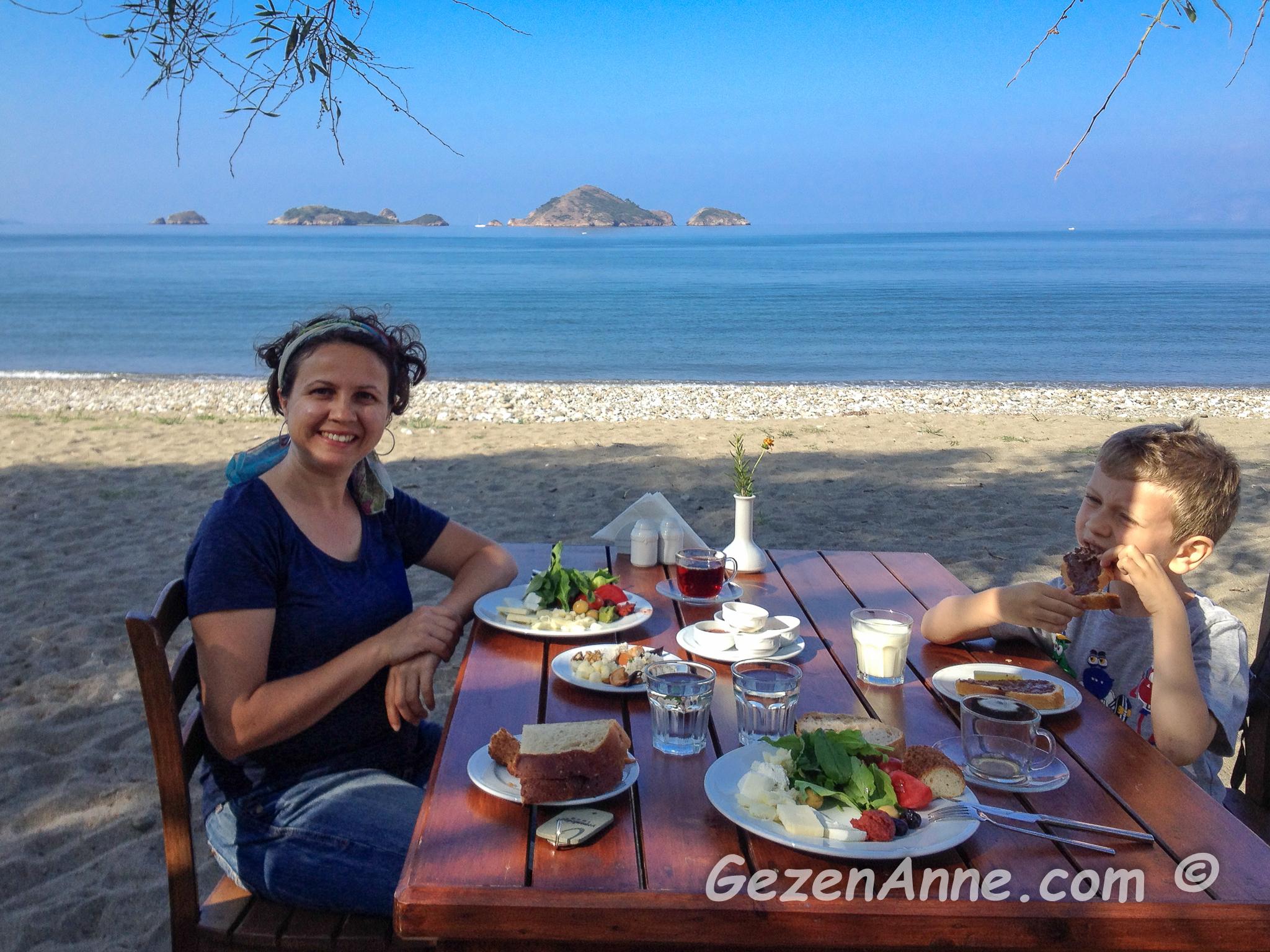 Yanıklar plajındaki otelimizde denize nazır kahvaltı yaparken, Yonca Lodge Fethiye