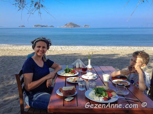 Oğlumla deniz kenarında, kumların üstünde organik kahvaltı ederken, Yonca Lodge Fethiye