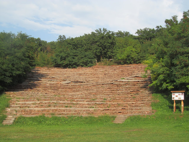 A helyi vöröskőből épült Amfiteátrum Alsóörsön