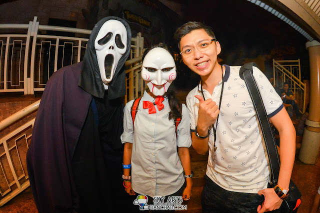 Finally met the man with Scream mask and his cute friend for Halloween! Ryan even gave him 5 stars for wearing that throughout the concert