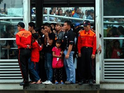 j7h5ysnv 9 Kebiasaan Buruk Orang Indonesia Saat Menggunakan Media Transportasi Umum