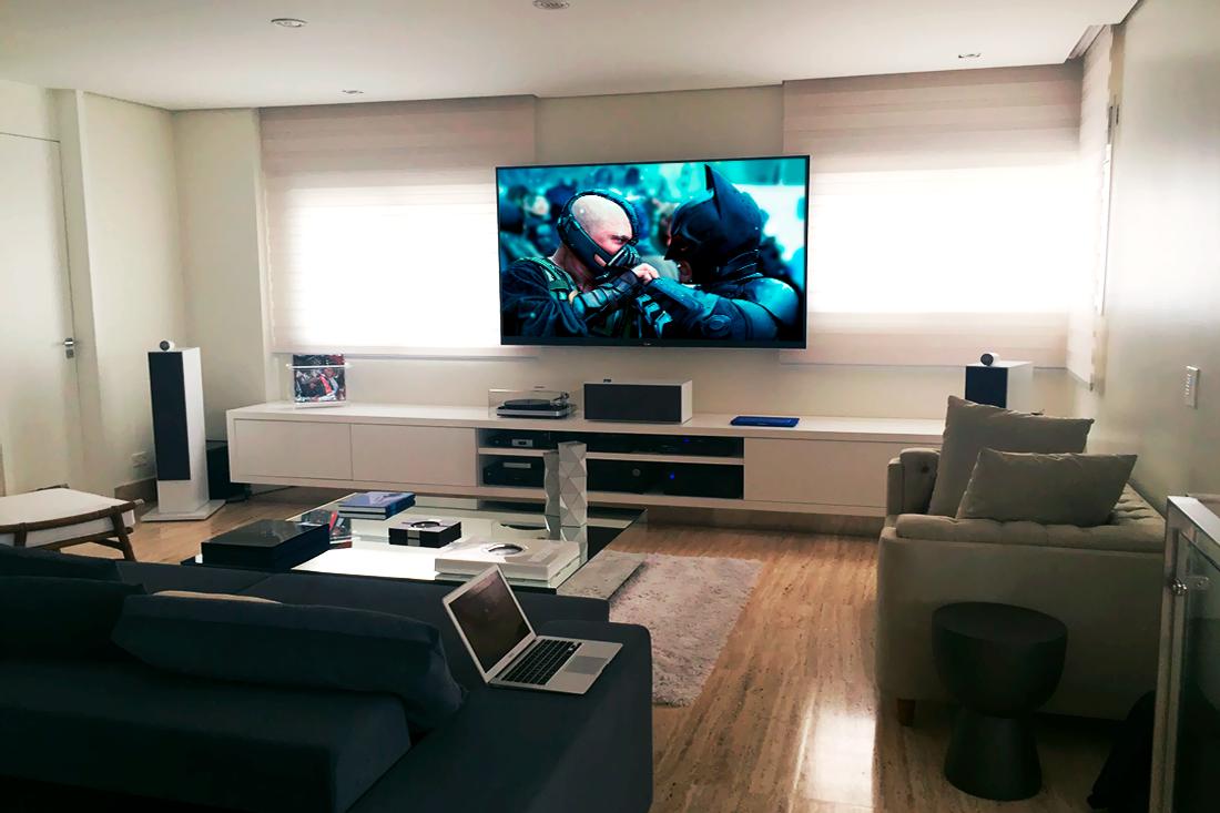 Com caixas B&W Bowers & Wilkins essa belíssima sala de home cinema projetada por Dagson Sales é um sonho realizado