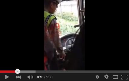Aksi Polisi yang tilang sopir Transjakarta