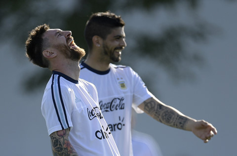Simon Kjaer chia sẻ về ngôi sao Messi.
