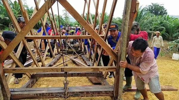 Dengan Semangat Membangun Untuk Negeri Satgas TMMD Kutim Dan Warga Bahu Membahu Memindahkan Kren Penumbuk Sebagai Tanda Pekerjaan Penumbukan Jembatan Hampir Selesai