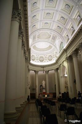 Gli interni del Duomo di San Marino con le colonne corinzie e la statua del Santo