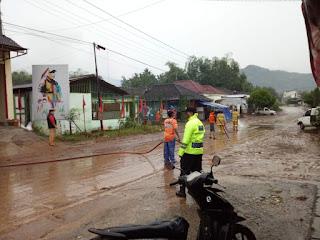 Banjir Bandang Tirtomoyo. Air Bercampur Lumpur Genangi Rumah dan Kendaraan Warga
