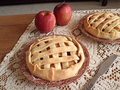 Mini Apple Lattice Crostata Recipe @ http://treatntrick.blogspot.com