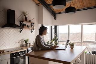 Çevrimiçi Çalışarak Para Kazanmak: Ofiste Olmanızı Gerektirmeyen 16 Meslek