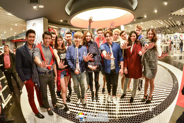 LeeTeuk and KangIn took picture with the models in SPAO Malaysia