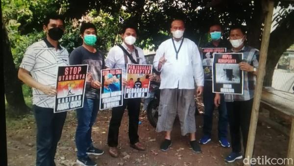 Minta Maaf, Ustaz Royan Jelaskan Viral 5 Polisi Angkat Poster 'Demo' Jokowi