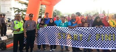 Wakapolda Jambi Beserta Gubernur Jambi Lepas Para Peserta Jalan Santai Dalam Rangka Memperingati HUT Provinsi Jambi Ke-63 Tahun 2020