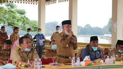 Bupati Harris Serahkan Sertifikat Tanah Kepada Masyarakat di Kecamatan Langgam