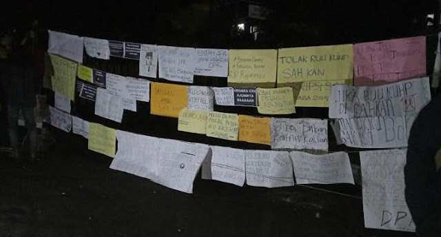 Kritik Lucu Singgung DPR