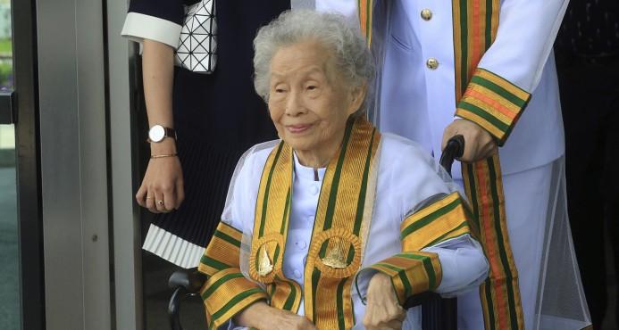 Mujer de 91 años se gradúa de universidad en Tailandia